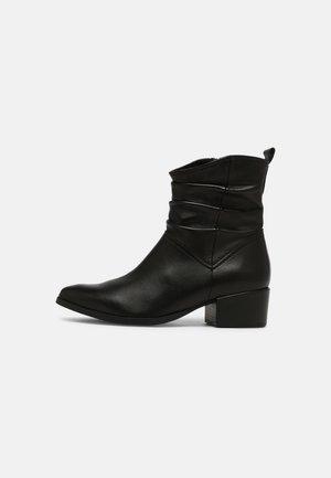 Kotníkové boty - black antic