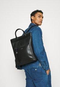 Le Tanneur - NATHAN LARGE VERTICAL ZIPPED TOTE BAG - Plecak - noir - 0