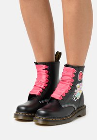 Dr. Martens - 1460 X HELLO KITTY & FRIENDS - Lace-up ankle boots - black smooth - 0