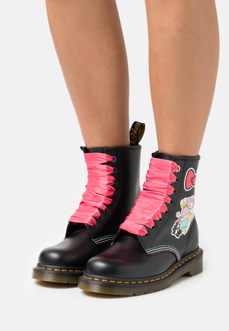 Dr. Martens - 1460 X HELLO KITTY & FRIENDS - Lace-up ankle boots - black smooth
