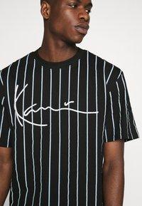Karl Kani - SIGNATURE PINSTRIPE TEE - T-shirts print - black - 4