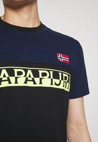 Napapijri - SARAS - T-shirt med print - black - 5