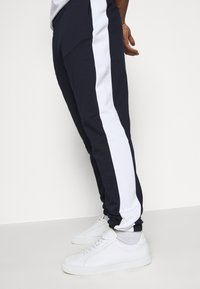 Lacoste - PLUS - Tracksuit bottoms - marine/blanc - 5
