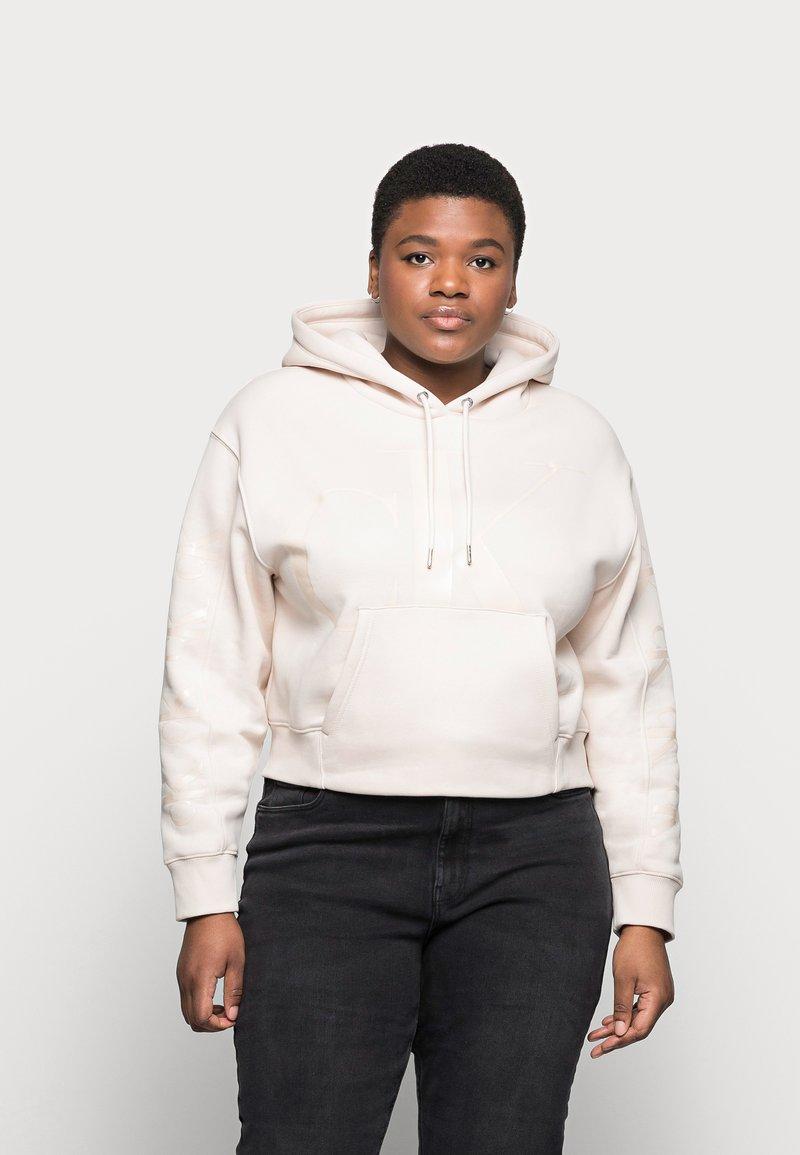 Calvin Klein Jeans Plus - ECO - Mikina skapucí - off-white