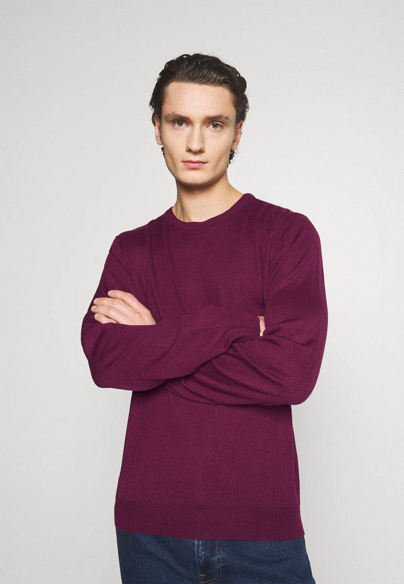 Newport Bay Sailing Club - CREW - Stickad tröja - burgundy