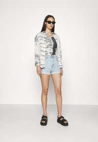 Cotton On - HIGH RISE CLASSIC STRETCH - Shorts di jeans - light blue denim - 1