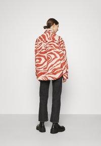 Monki - BENNIE - Camisa - red - 2