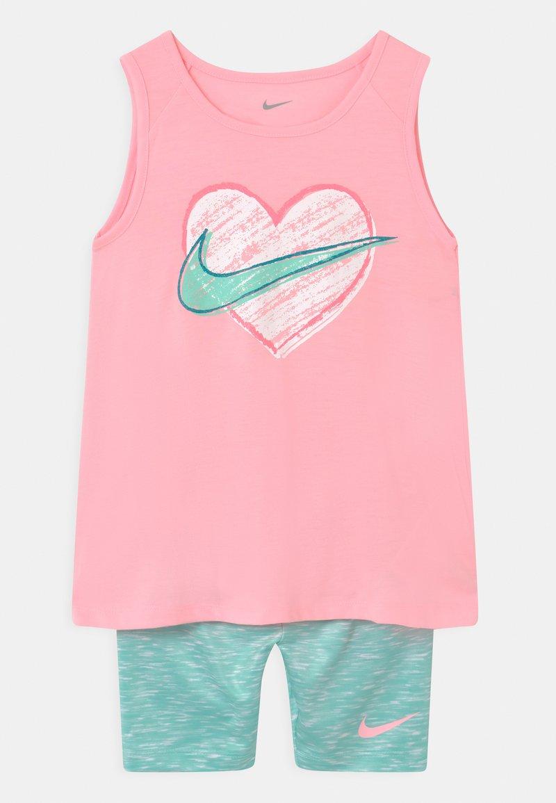 Nike Sportswear - BIKE SET - Shorts - tropical twist