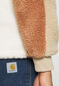 Topman - BLOCKED BORG - Fleece jumper - stone - 5