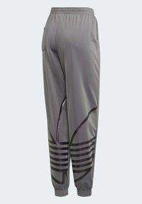 adidas Originals - LARGE LOGO TRACKSUIT BOTTOMS - Spodnie treningowe - grey - 8