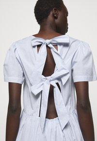 DESIGNERS REMIX - UMBRIA DRESS - Denní šaty - cream/blue - 5