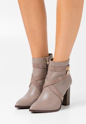 BOOTS - Kotníková obuv na vysokém podpatku - taupe