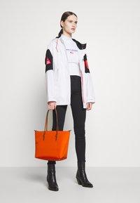 Lauren Ralph Lauren - KEATON TOTE-SMALL - Handtas - sailing orange - 1