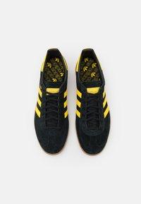 adidas Originals - HANDBALL SPEZIAL UNISEX - Sneakers basse - core black/yellow/gold metallic - 3