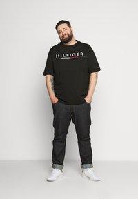 Tommy Hilfiger - GLOBAL STRIPE TEE - T-shirt print - black - 1