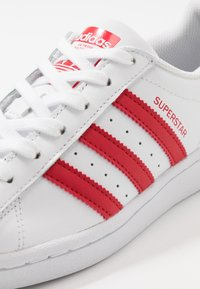 adidas Originals - SUPERSTAR SPORTS INSPIRED SHOES UNISEX - Sneakersy niskie - footwear white/scarlet - 2