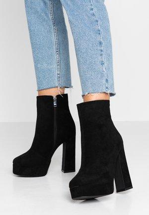 WIDE FIT CHAYA - Kotníková obuv na vysokém podpatku - black