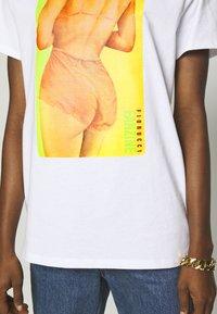 Fiorucci - BUM TEE - Print T-shirt - white - 5