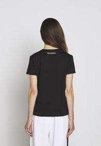 KARL LAGERFELD - PIXEL CHOUPETTE - T-shirt con stampa - black - 2