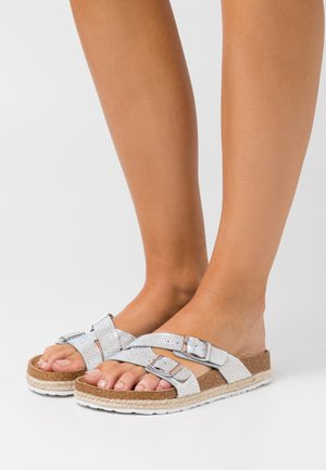 WIDE FIT FOXY DOUBLE BUCKLE FOOTBED - Pantuflas - silver