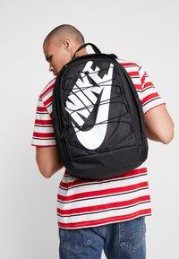 Nike Sportswear - HAYWARD 2.0 UNISEX - Reppu - black/black/white - 1