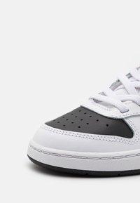 Nike Sportswear - COURT BOROUGH MID 2 UNISEX - Baskets montantes - white/universe red/black - 5