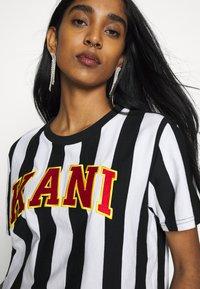 Karl Kani - COLLEGE STRIPE TEE - Print T-shirt - black/white - 4