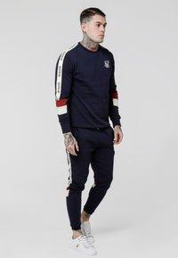SIKSILK - RETRO PANEL TAPE - Teplákové kalhoty - navy/red/off white - 1