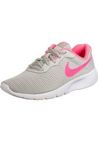 Nike Sportswear - TANJUN SNEAKER KINDER - Zapatillas - grey fog/digital pink/white - 2