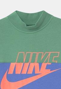 Nike Sportswear - CROP CREW - Sudadera - healing jade /royal pulse/atomic pink - 2