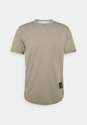 BADGE TURN UP SLEEVE - T-Shirt basic - elephant skin