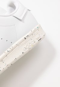 adidas Originals - STAN SMITH PRIMEGREEN VEGAN - Sneaker low - footwear white/offwhite/green - 9