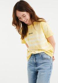 WE Fashion - T-shirt print - light yellow - 1