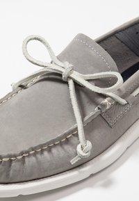 UGG - BEACH MOC SLIP ON - Chaussures bateau - sel - 5