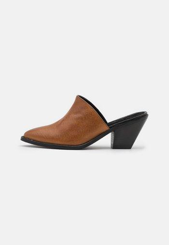 YASTONA - Heeled mules - black/biscuit