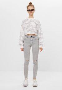 Bershka - MIT RISSEN  - Jeans Skinny Fit - grey - 1