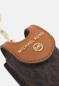 MICHAEL Michael Kors - TRAVEL ACCESSORIES SANITIZR - Andre accessories - brown - 3