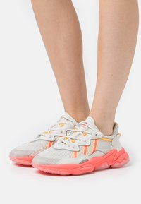 adidas Originals - OZWEEGO SPORTS INSPIRED SHOES - Zapatillas - talc/signal pink/solar gold - 0