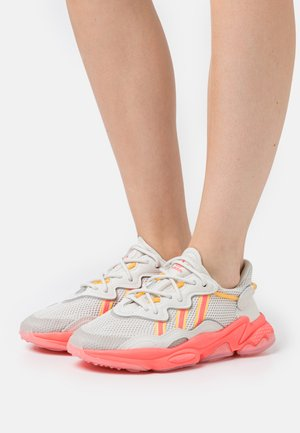 OZWEEGO SPORTS INSPIRED SHOES - Matalavartiset tennarit - talc/signal pink/solar gold