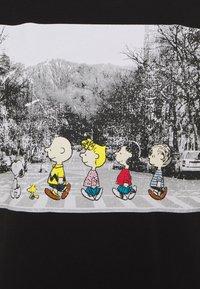 ONLY Petite - ONLPEANUTS LIFE TOP BOX - Print T-shirt - black - 2