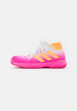 JR UNISEX - Multicourt tennis shoes - pink/orange/footwear white