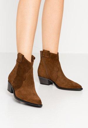 EVE - Cowboy/biker ankle boot - castoro