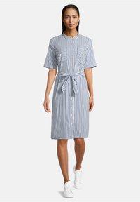 Betty & Co - MIT AUFGESETZTER BRUSTTASCHE - Shirt dress - weiß/blau - 0