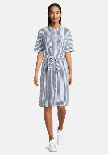 MIT AUFGESETZTER BRUSTTASCHE - Shirt dress - weiß/blau