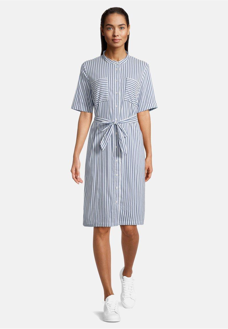 Betty & Co - MIT AUFGESETZTER BRUSTTASCHE - Shirt dress - weiß/blau