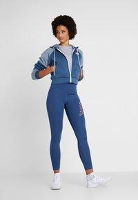New Balance - RELENTLESS RINGER LONG SLEEVE - Camiseta de deporte - athletic grey - 1