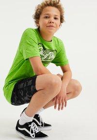 WE Fashion - MET OPDRUK - Print T-shirt - bright green - 1