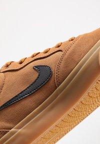 Nike SB - NIKE CHRON - Sneakers laag - light british tan/black/light brown - 5