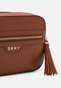 DKNY - POLLY CAMERA BAG SUTTON - Across body bag - caramel - 4