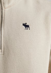 Abercrombie & Fitch - HOLIDAY CORE ICON MOCK - Sudadera - tan - 5